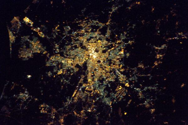Festival světla v Lyonu během sobotní noci. Fotka není dokonalá, ale město doslova zářilo. EDIT: Můžete být astronaut, ale to neznamená, že se vyznáte v zeměpisu. Moje fotka Lyonu ze včerejška je ve skutečnosti Řím. Ano, spletl jsem si SD karty. :-) Promiňte.