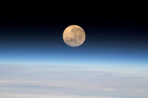 """Tohle je dnešní """"supermoon"""" při pohledu z vesmíru! Ten minulý jsem viděl na Bajkonuru… Řekl bych, že tenhle je lepší. :-)"""