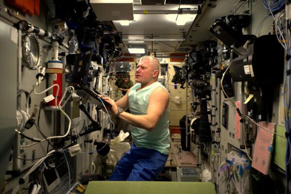 Velitel našeho Sojuzu – Oleg – pracuje v ruském segmentu stanice. Všimněte si všeho toho vybavení na stěnách!