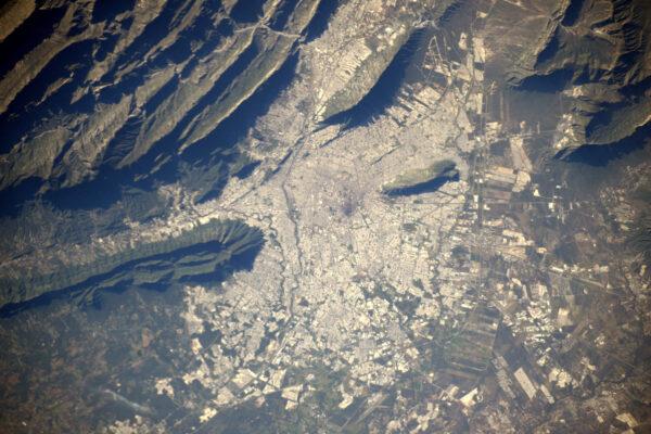 Zbožňuju to, jak město Monterrey vypadá, jako kdyby bylo usazené mezi záhyby okolního terénu.