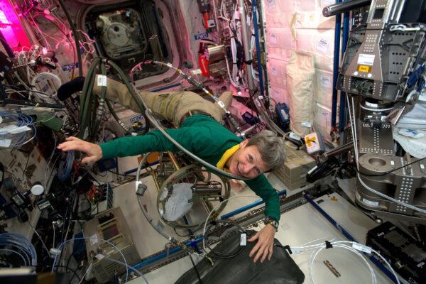 Americká astronautka Peggy Whitson zachycena při útoku monstra zvaného ISS. Pracovala na našem chladícím okruhu – zařízení, které se stará o tepelnou kontrolu, což je velmi důležité, ale není to s ním vždycky snadné.