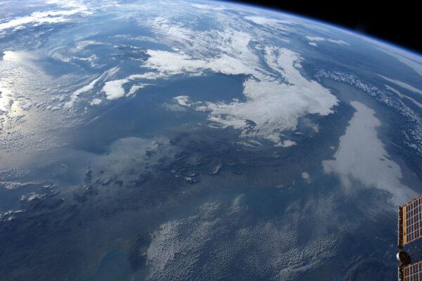 Itálie se probouzí pod příkrov mraků a Alpy stojí na severu jako stráž. #ZimaPrichazi