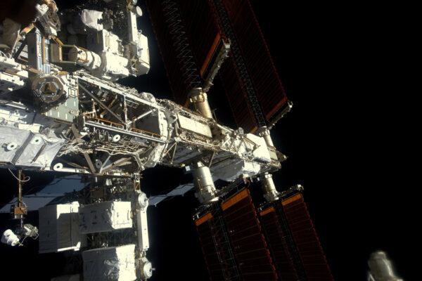 Boční pohled na naši stanici. V místě, odkud vychází solární panely, jsou bílé krabičky – baterie, které máme v lednu vyměnit. Na příští rok je v plánu několik výstupů do volného prostoru, aby se ISS udržela v dobrém stavu. V blízké době čekejte bližší informace od NASA.