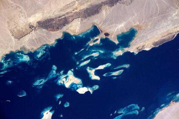 Pevnina a moře občas vypadají, jako kdyby se spojily v jeden celek – tak jako zde v zálivu Aqaba