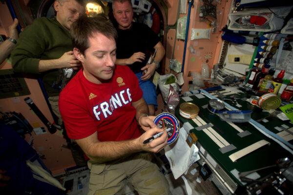 Rituál nových astronautů, kteří se dostanou do vesmíru: Vyškrtnout své jméno z Ligy neletěných astronautů. Je to skvělý moment.