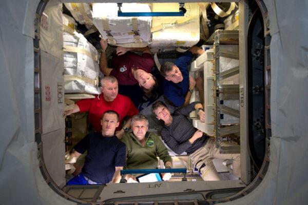 Naše první kompletní fotka celé šestičlenné posádky! Jsme v nedávno připojené lodi HTV: Náš dům se právě zvětšil a na několik týdnů dostal jednu místnost navíc.