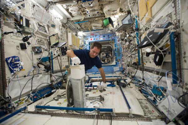 """Všechno nejlepší k narozeninám, MELFI! Tahle lednička už chladí nejrůznější věci na ISS celých deset let. Pro ESA ji vyrobila firma Air Liquide a používáme ji ke skladování nejrůznějších věcí, ale hlavně jde o biologické vzorky, které pak analyzují odborníci na Zemi. Jde o krev, sliny, moč a další. Momentálně máme tři ledničky MELFI – jedna je v americkém modulu Destiny a dvě jsou v japonském modulu Kibó. Jedná se o klíčový prvek pro většinu lékařských a biologických experimentů. Bez MELFI bychom dělali medicínské experimenty jen stěží. Pozemní týmy sledují, jak jsou ledničky plné a nedočkavě čekají, až se vzácné vzorky vrátí na Zemi. Momentálně jsou MELFI opravdu dost plné, protože už docela dlouho jsme tu neměli loď Dragon. HTV a Cygnus se nevrací na Zemi, ale shoří v atmosféře, takže do nich nakládáme jen odpad. Ledničky se chladí pomocí dusíku a používáme je vždy podle denního rozpisu úkolů. Její zkratka pochází z názvu """"Minus Eighty-degree Laboratory Freezer for ISS"""" Je to tedy jakýsi akronym v akronymu. Už jsem Vám říkal, že kosmičtí inženýři milují akronymy?"""