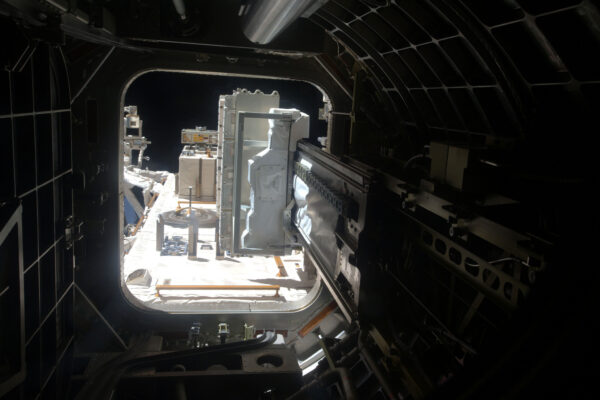 Pohled z nitra ISS ven: Přechodová komora modulu Kibó. Je to jako kdybyste stáli na tom nejvyšším skokanském prkně ve výšce 400 kilometrů. ISS má mnoho vnějších zařízení, která fungují více či méně kontinuálně a astronauti je mohou v případě potřeby opravit. Přechodová komora v modulu Kibó nám zprostředkovává možnost rychlého přístupu ven – třeba pro vypouštění družic, nebo pro instalaci vybavení s pomocí robotické paže. V Evropském modulu Columbus máme přístroj SOLAR, který monitoruje Slunce, radiový přijímač, který sleduje pohyb lodí na moři (a zachraňuje životy), nebo skener, který měří větry nad oceány – to abych jmenoval alespoň pár z nich. Kromě toho tu máme ještě lovce antihmoty, kterému se říká AMS-02, ten nepřetržitě zaznamenává data o kosmickém záření. Každou hodinu pošle na Zemi 240 GB dat!