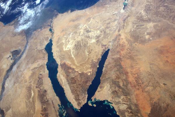 Egypt a Sinajský poloostrov s mraky, které se držely jen na severu.