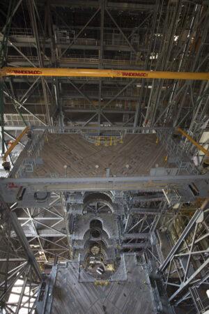 V hale VAB už zbývá nainstalovat jen dvě poloviny nejvyššího patra přístupových plošin.