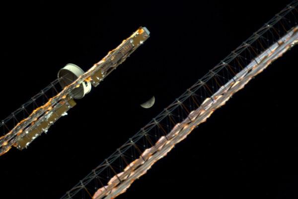 Měsíc, který se snaží schovat za našimi solárními panely. Většinou sledujeme Zemi, ale občas se podíváme i nad sebe, do vesmíru. Lidé už nebyli na Měsíci hodně dlouho, ale snad se to již brzy změní.