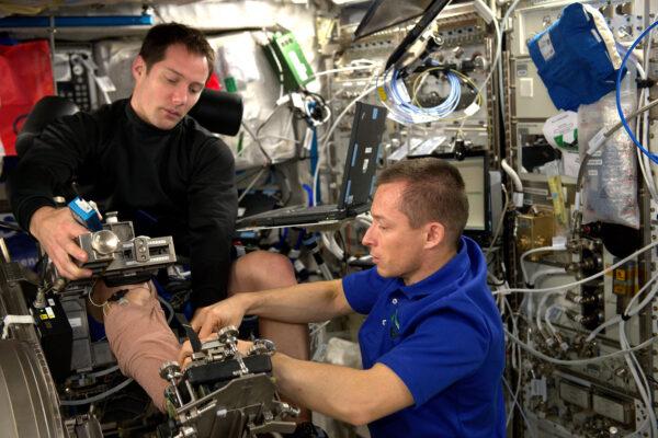 Sergej Ryžikov mi pomáhá s přístrojem MARES. Sergej je jedním ze tří ruských kosmonautů, kteří jsou tu s námi, a také je to pilot. Na ISS dorazil dva měsíce přede mnou a i on zažívá svůj první kosmický let. Už se pár let známe – v roce 2011 jsme se zúčastnili podzemního výcvikového kurzu CAVES, který organizuje ESA. Při tomhle podzemním výcviku se simulují podmínky při kosmickém letu – obsluhují se vědecké přístroje, prozkoumává se jeskyně a žije se v unikátním a extrémním prostředí. Je fajn dělat zase s tímhle člověkem.
