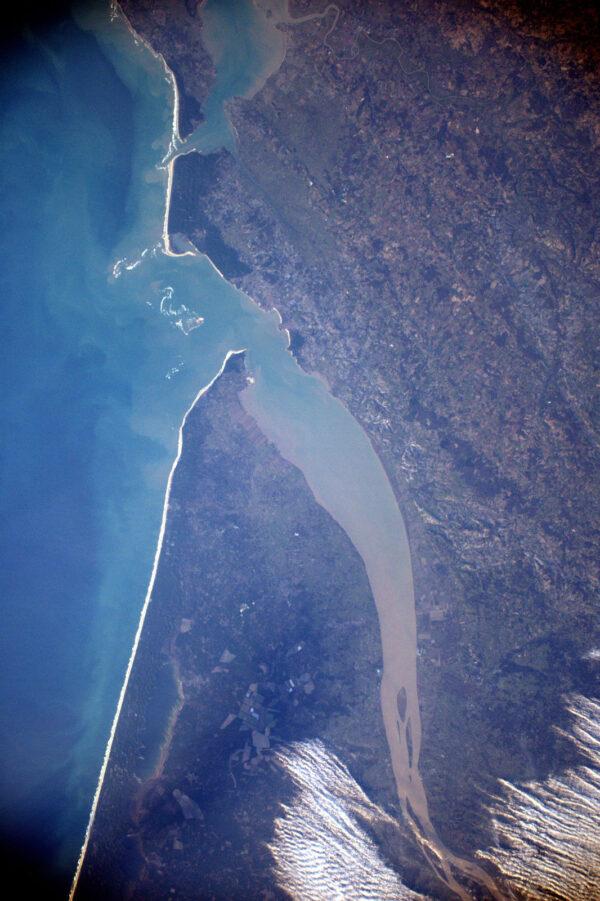 Estuár Gironde (ústí řek Garonny a Dordogne) v Nouvelle-Aquitaine – tomuhle místu se také někdy říká Franouzská pusa – když přes ni letíte, vypadá jako úsměv.