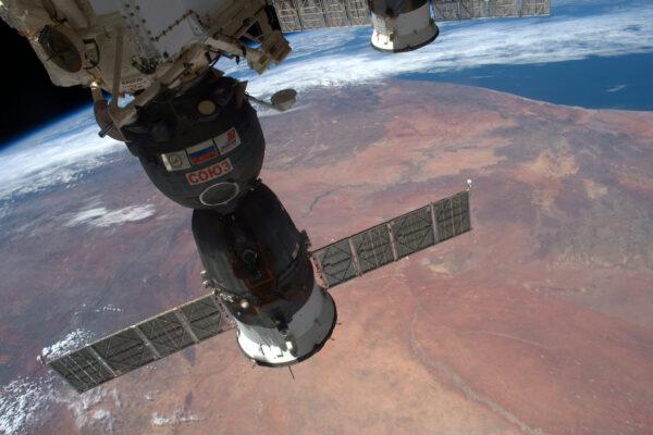 (1/2) Sojuz a Progress letí ve formaci pro změnu nad pouští – celých 70% povrchu Země tvoří voda.