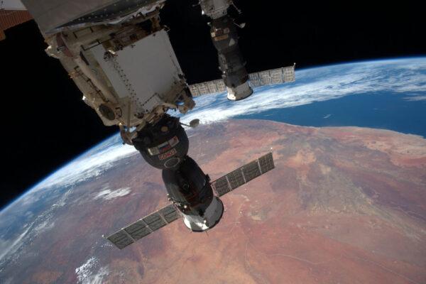 (2/2) Sojuz a Progress letí ve formaci pro změnu nad pouští – celých 70% povrchu Země tvoří voda.