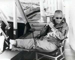 Relaxující Glenn na palubě záchranného torpédoborce Noa