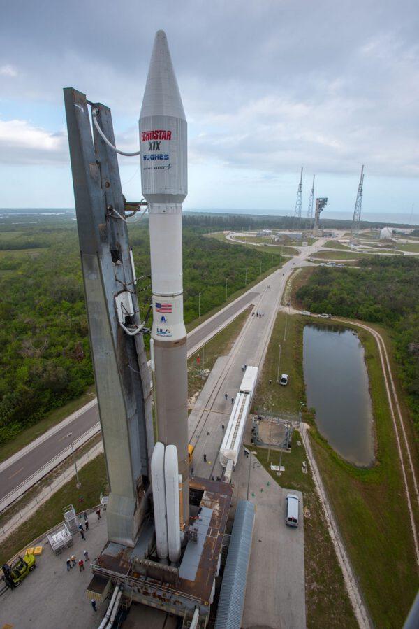 Atlas 5 s EchoStar 19 se blíží ke startovací rampě