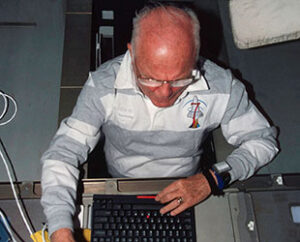 Glenn se svým bývalým nepřítelem - laptopem