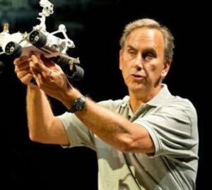 John Grotzinger s modelem roveru Curiosity
