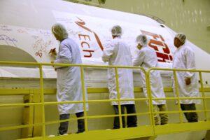 Příprava aerodynamického krytu pro družici EchoStar 21