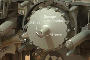 Detailní pohled na vrtačku roveru Curiosity.