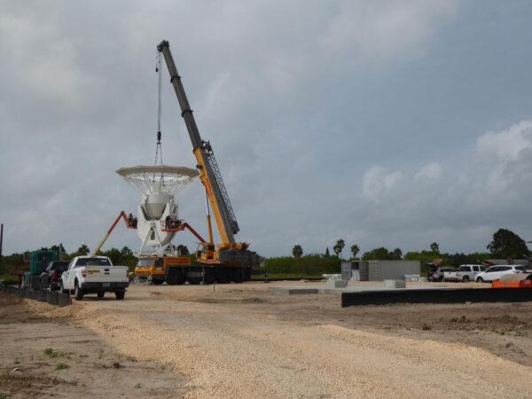 Instalace devítimetrové antény pro nový kosmodrom SpaceX