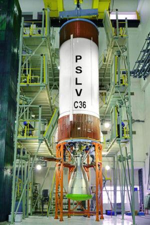 Archivní snímek sestavování rakety PSLV