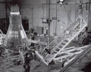 Příprava lodi Mercury Friendship 7 v legendárním hangáru S na mysu Canaveral.