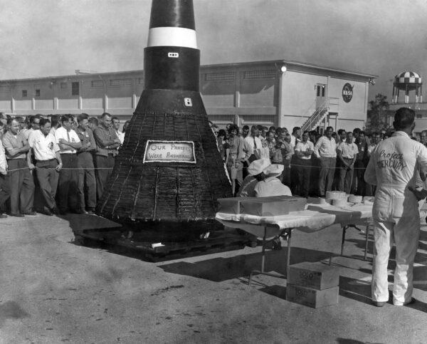 Více než 400 kg těžký dort v podobě lodi Mercury po úspěšném Glennově letu na mysu Canaveral.