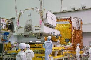 Pozemní týmy instalují plošinu s novými akumulátory do nehermetizované sekce lodi HTV-6