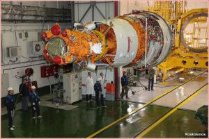 Družice Resurs-P 3 během pozemních příprav v montážní hale