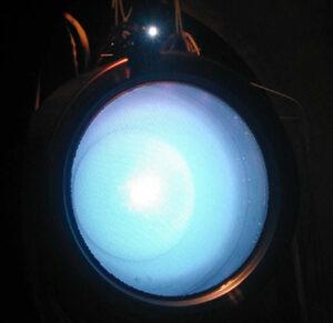 Iontový motor NEXT (NASA Evolutionary Xenon Thruster) během pozemních zkoušek