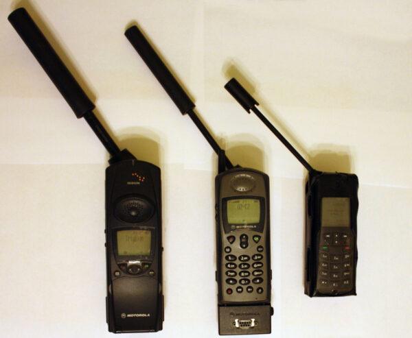 První telefon Iridium 9500 měl na výšku 19cm / s vytaženou anténou 41cm (Motorola, 1998), Iridium 9505 (Motorola, 1999) měl na výšku 15cm / s vytaženou anténou 37cm, na fotografii navíc s odnímatelným datovým adaptérem k tomu 3,5cm a Iridium 9555 (Iridium, 2009) 14,5cm, s anténou celkem 29cm na výšku.