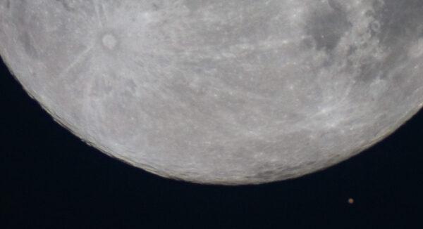 Mars a Měsíc 24. 12. 2007 v 5:22 SEČ. Jednoexpozice DSLR Canon 300D v ohnisku dalekohledu 200/1000