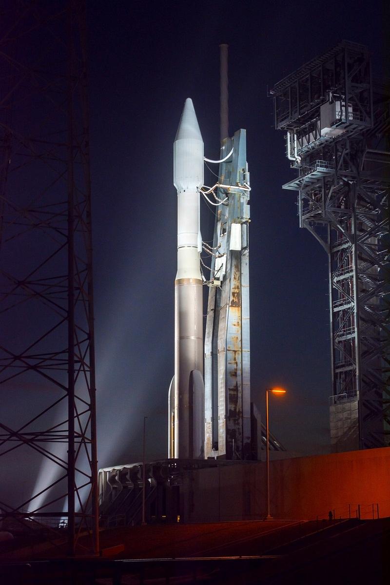 Noční pohled na Atlas 5 na startovací rampě. Dnes před osmou večerní by měl odstartovat