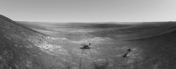 Opportunity na vnitřním svahu kráteru Endeavour. Autor: Sean Doran