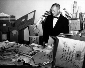 John Glenn s částí korespondence, která mu přišla po letu v únoru 1962