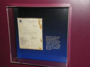 Osobní dopis Sandře Rasmussenové z Alabamy odeslaný v listopadu 1962: Glenn děkuje za zaslanou báseň a omlouvá se za prodlevu v odpovědi. (Dopis byl donedávna vystavený v nyní již uzavřené dvoraně slávy amerických astronautů, US Astronauts Hall of Fame.)