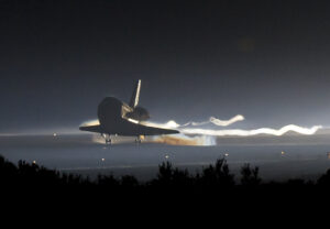 Poslední raketoplán přistává z mise STS-135