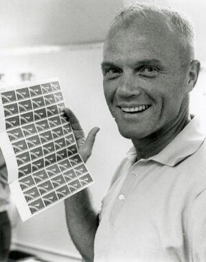 John Glenn s archem známek vydaných při příležitosti jeho úspěšného letu