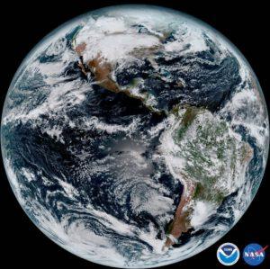 První snímek celé polokoule z družice GOES-16