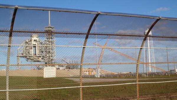 Pohled na rampu 39A přes drátěný plot