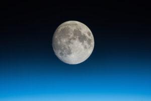 Cíl mise je Měsíc. Zde je vyfocený z paluby ISS.