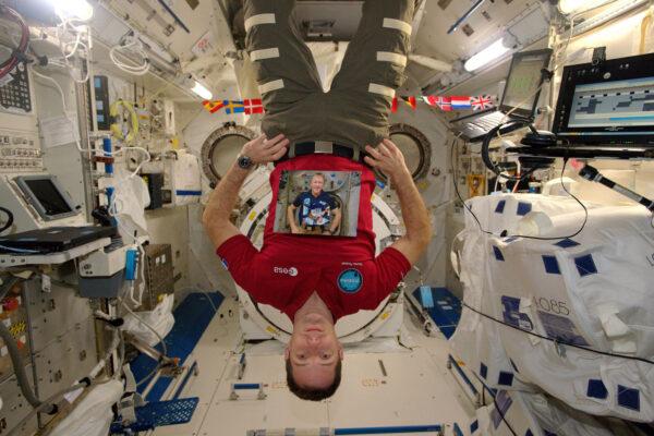 """1/2 Fotka, na které jsem já, jak držím fotku Tima Peaka, který drží fotku Thomase Mogensena, který drží fotku Samanthy Cristoforetti, která drží fotku Alexandra Gersta, který drží fotku Luca Parmitana, který drží fotku … Od našeho jmenování v roce 2009 se všichni členové nové třídy evropských astronautů (říkáme si """"the shenanigans) podívali na Mezinárodní vesmírnou stanici … řekl bych, že si nechali to nejlepší na konec :)"""