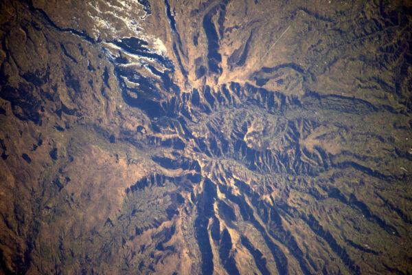 Další obrázek v obrázku – Hory ve francouzském Auvergne i s letadlem v pravém horním rohu vyfocené z ISS. Protože i já jsem pilot, tak mám radost, že jsem vyfotil letadlo z výšky 400 kilometrů.