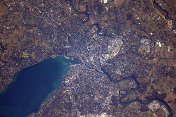 2/2 Ženeva a její jezero vypadají během tohoto zimního dne velmi klidně. Na téhle fotce můžete vidět i známou fontánu.
