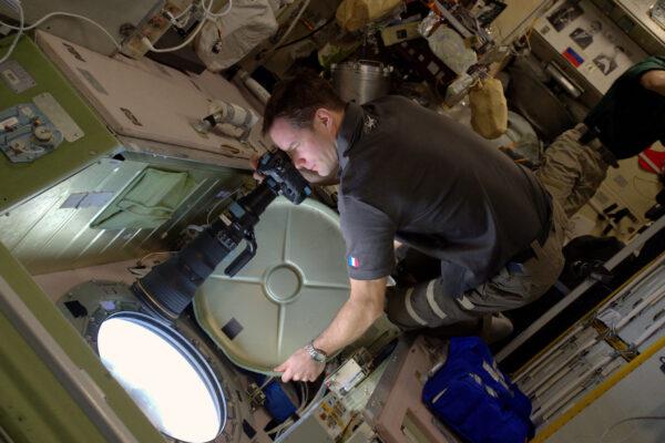 1/2 Lidé se mne často ptají, jak pořizujeme všechny ty snímky – máme na ISS hodně fotoaparátů a k tomu navíc i skvělý výhled. Během víkendu používáme navigační software, abychom přesně určili naši polohu a ve správnou chvíli vykoukneme z okna. Můžete předvídat přelety ISS nad určitým městem a … věřit, že bude dobré počasí. Mraky znamenají, že z fotky nebude nic. Používáme Nikon D4S a máme k němu hodně objektivů. Od 8mm (pro interiérové fotky v malých modulech) až po 800mm s ×1,4 telekonvertorem, což je náš největší teleobjektiv a moje jasná volba. Letíme tak rychle, že přelety jsou hodně krátké. Musíte tedy kompenzovat pohyb stanice, pokud chcete mít ostré fotky. Je mnoho možností, jak být kreativní – časosběry, noční fotky a tak dále.