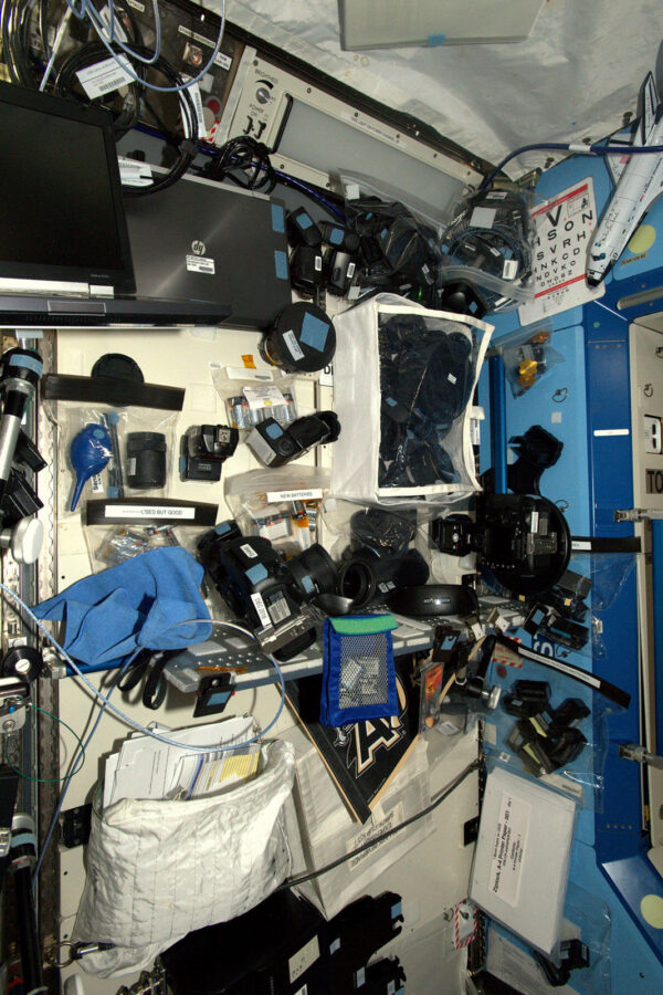 Náš fotokoutek v modulu Destiny, kde skladujeme dodatečné foťáky, nabíjecí baterie, blesky, speciální objektivy jako je makro, rybí oko, nebo fototechniku pro výstupy do volného kosmu.