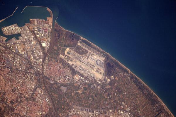 BCN alias Barcelona! Ano, jsem posedlý letadly a letišti, kdo by to čekal? ;) Ve skutečnosti jsou letiště při pohledu z vesmíru velmi snadno rozeznatelná, protože už z podstaty jsou navrhována tak, aby se dobře hledala z nadhledu – tedy pro piloty. U menších letadel piloti neustále pokukují po blízkém letišti, pokud by je čekalo neplánované přistání. A věděli jste, že raketoplán měl vytipovaná záložní letiště, která by mu mohla zajistit nouzové přistání – některá z nich byla i ve Španělsku a Francii!