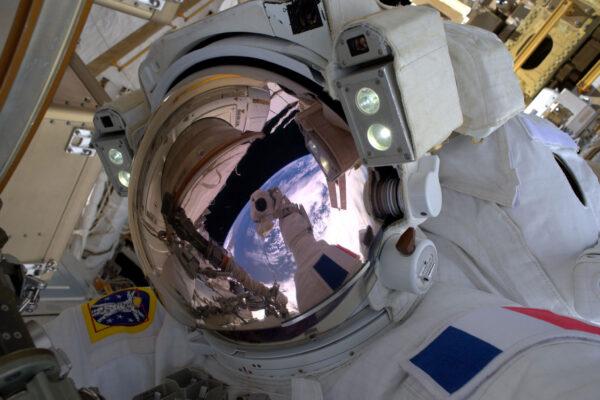 Potřebná kosmická selfie! Nádherný odraz Země na helmě. Je to neuvěřitelný pocit být sám kosmickým objektem.